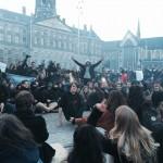Demonstranten zitten op de Dam